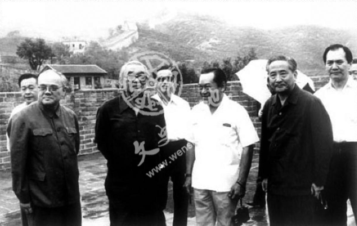 本文作者韩念龙与同志们在一起(前排右一为韩念龙)