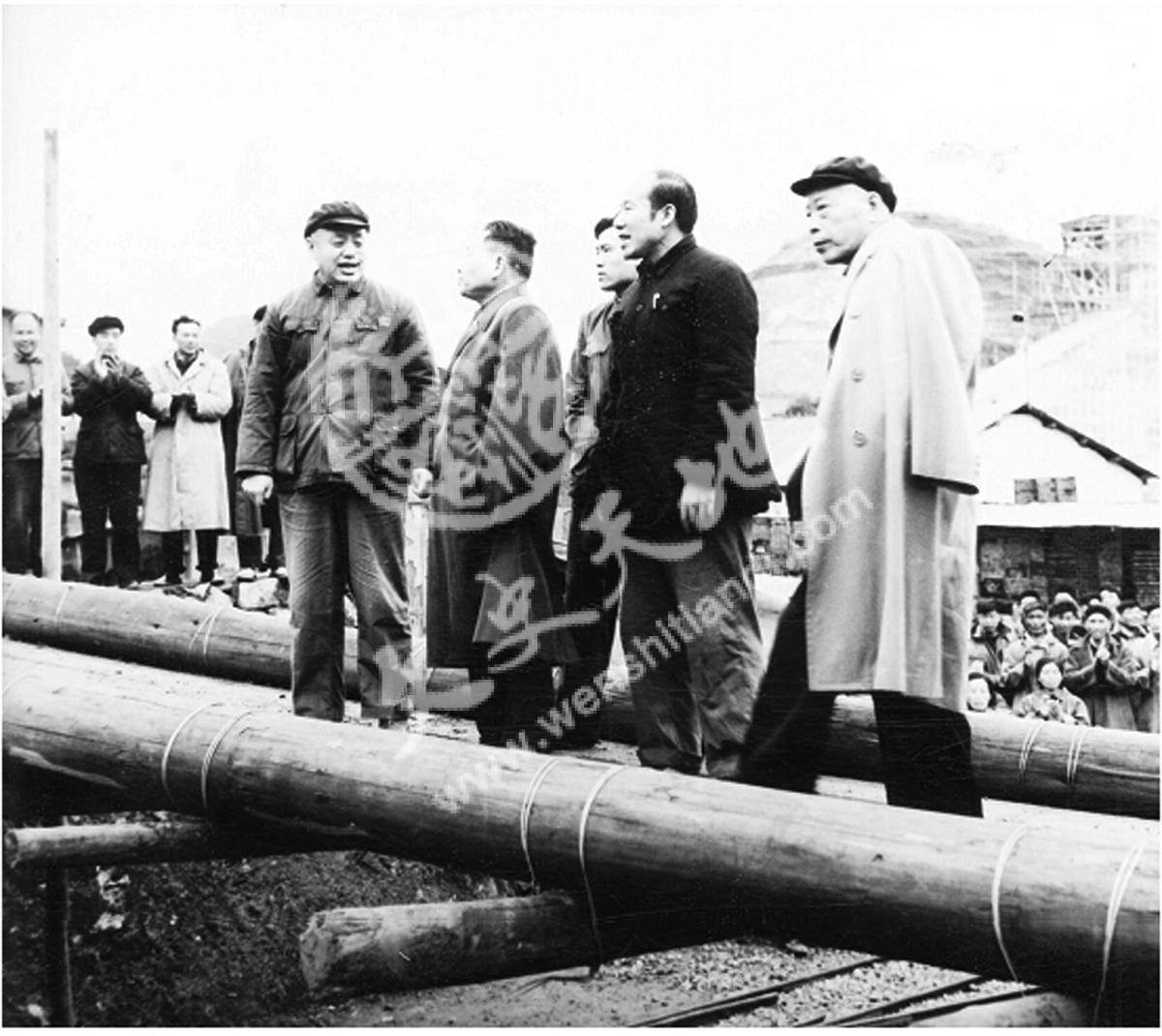 1965年11月24日,邓小平(前左二)、李井泉(右一)、钟子云(左一)视察六枝矿区。(单兰山/摄)