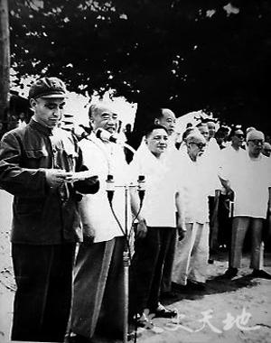 北京军区司令员杨勇(左起第一人)在地铁开工典礼上讲话。