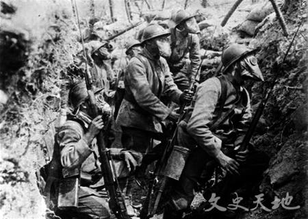 战壕中戴着防毒面具的协约国士兵